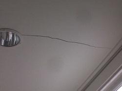 Как устранить трещины на потолке